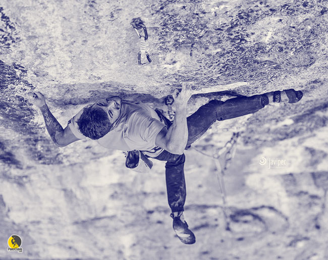 El escalador Edu Marín en un paso duro de fuerza