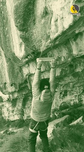 escalador calentando los dedos y musculos para escalar