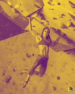 Escaladora entrenando campus en boulder