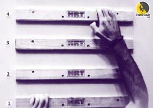 escalador entrenando el ejercicio de escalera sobre el campus board
