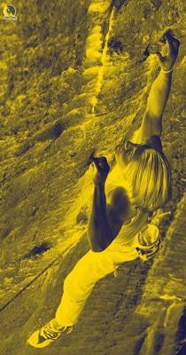escalador entrenando fuerza para escalar