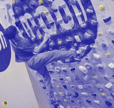 escalador entrenando potencia en un moon board