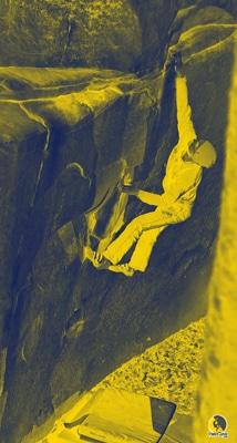 escalador entrenando potencia haciendo boulder en la roca