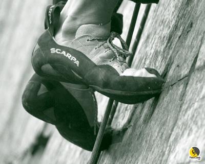 escalador entrenando la técnica de pies pequeños