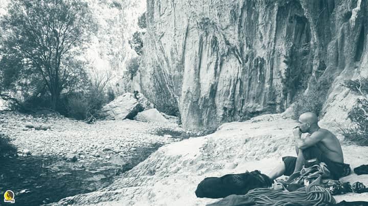 escalador tocando la armónica en Rodellar