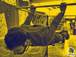 escalador entrenando el core haciendo el back lever en la barra