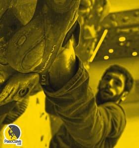 escalador entrenando el core en el muro del rocódromo
