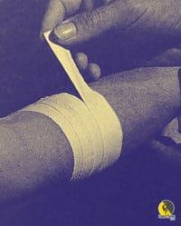 aplicación de esparadrapo para el codo de tenista o epicondilitis