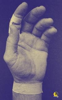 vendaje con esparadrapo en la articulación de la muñeca