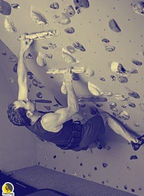 Escalador entrenando con lastre en un system wall