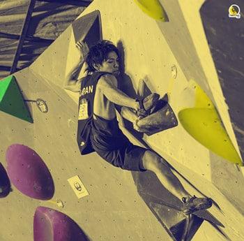 escalador scalando boulder en resina en un gimnasio o rocódromo