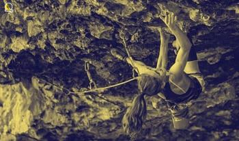 escaladora fuerte escalando desplome
