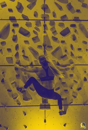 escaladora haciendo un entrenamiento simétrico en un muro espejo