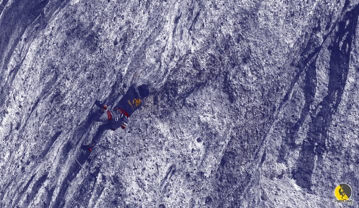 escalador con la camiseta de pasoclave.com