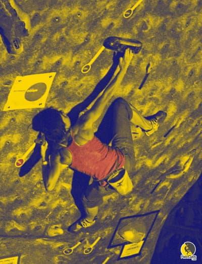 Escaladora entrenando bloqueos en el rocódromo
