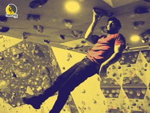 escalador entrenando bloqueos en el techo del rocódromo