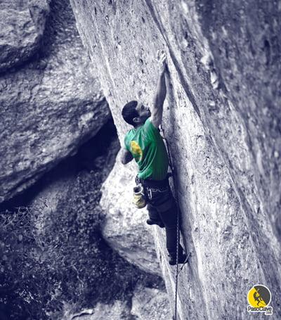 escalador que toma suplementos de omega 3 para mejorar su rendimiento