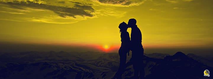 Pareja besándose para el coito antes de escalar