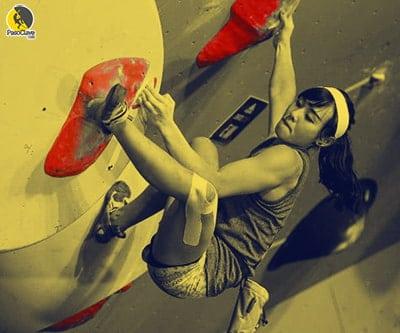 Escaladora entrenando boulder en un rocódromo