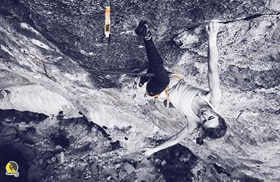 Escaladora reposando agitando los brazos mientras escala en Siurana