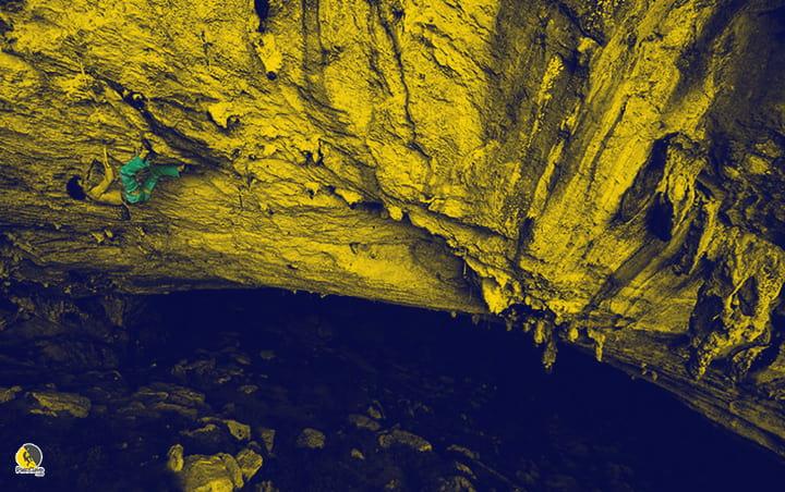 escalador escalando escalada deportiva sobre el umbral de oclusión