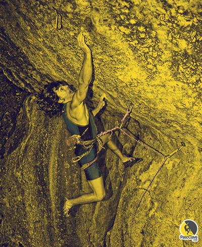 Escalador escalando a muerte una vía dura de escalada deportiva
