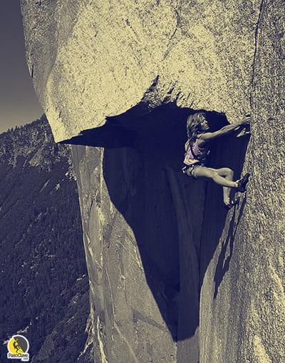 Escaladora escalando un proyecto de escalada clásica en granito, en Yosemite