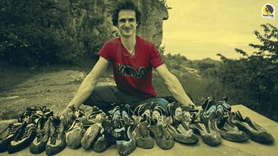 Adam Ondra enseñando sus pies de gato para escalar