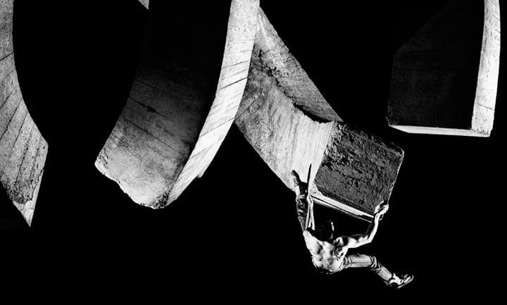 Escalador entrenando boulder urbano