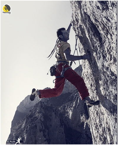 Escalador escalando tras una temporada de planificación del entrenamiento