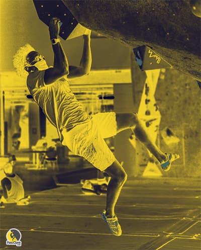 escalador entrenando boulder con mascarilla en el rocódromo