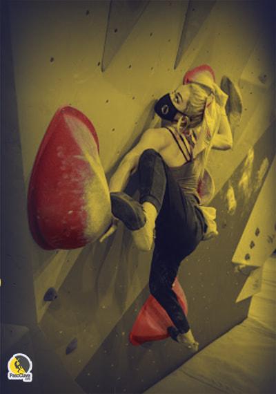 Escaladora entrenando boulder con mascarilla